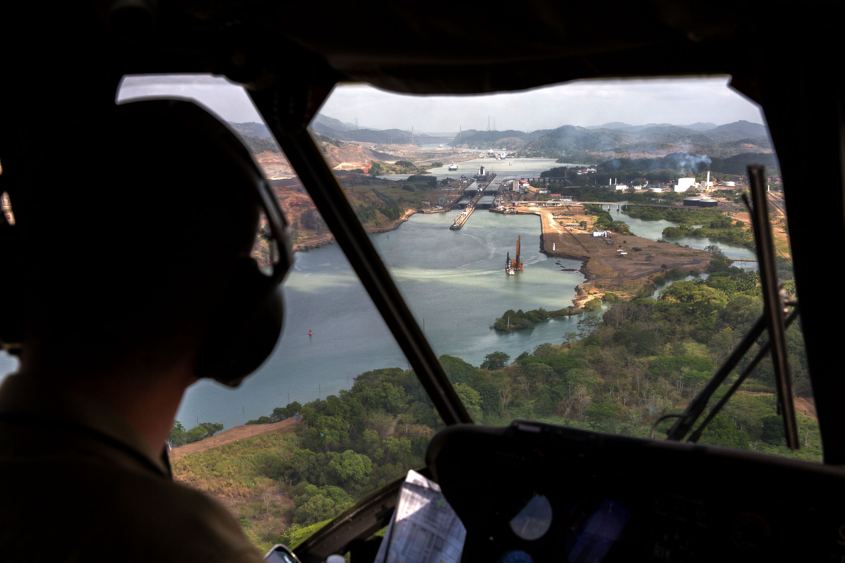 A view of the Panama Canal from the cockpit of Marine One, April 10, 2015. (Official White House Photo by Pete Souza)