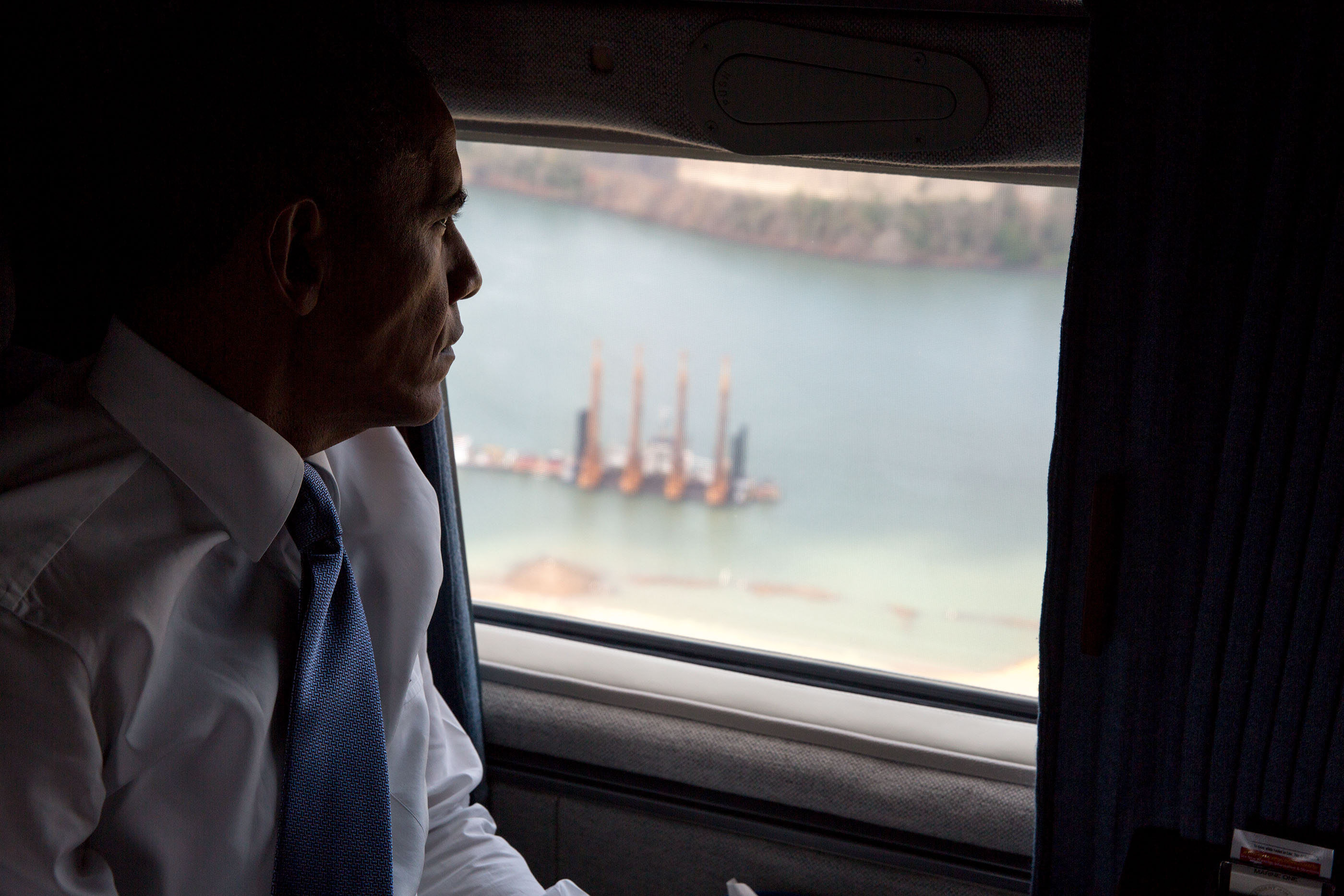 President Obama views the Panama Canal from Marine One. (Official White House Photo by Pete Souza)