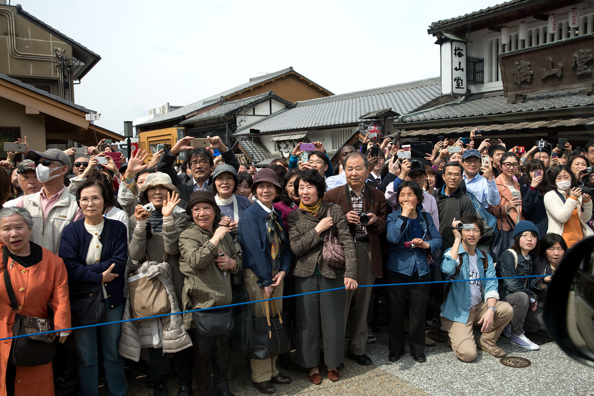 Bystanders watch the First Lady's motorcade in Kyoto. (Official White House Photo by Amanda Lucidon)