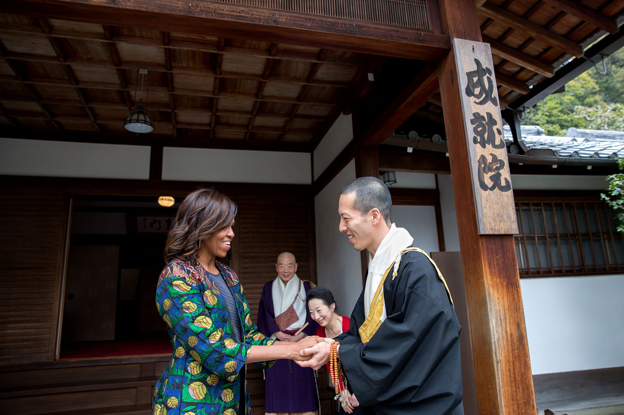 Eigen Onishi thanks the First Lady for her visit to Kiyomizu-dera Buddhist temple. (Official White House Photo by Amanda Lucidon)
