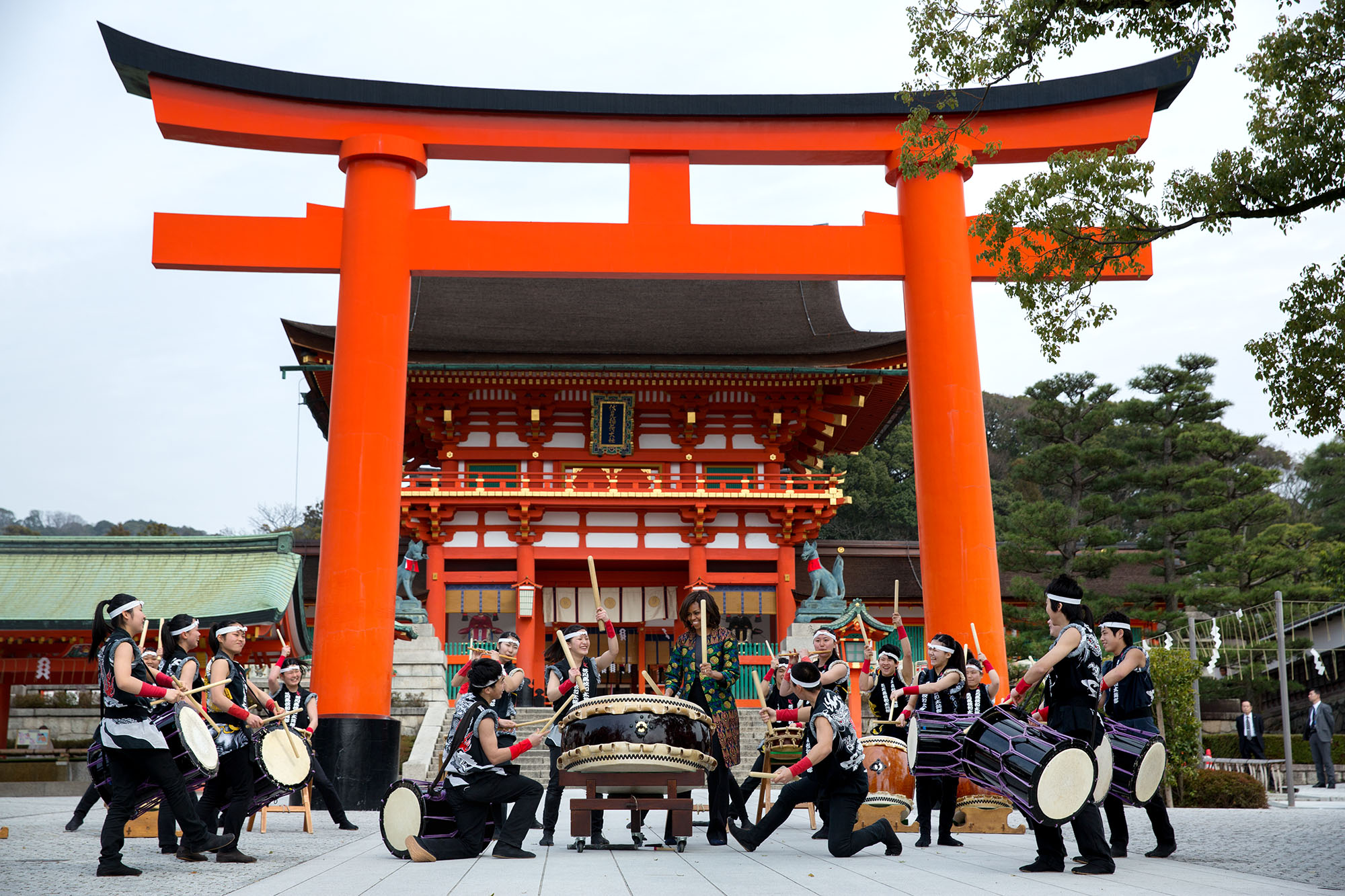 Taiko drummers perform with the First Lady at Fushimi Inari Shinto Shrine in Kyoto. (Official White House Photo by Amanda Lucidon)