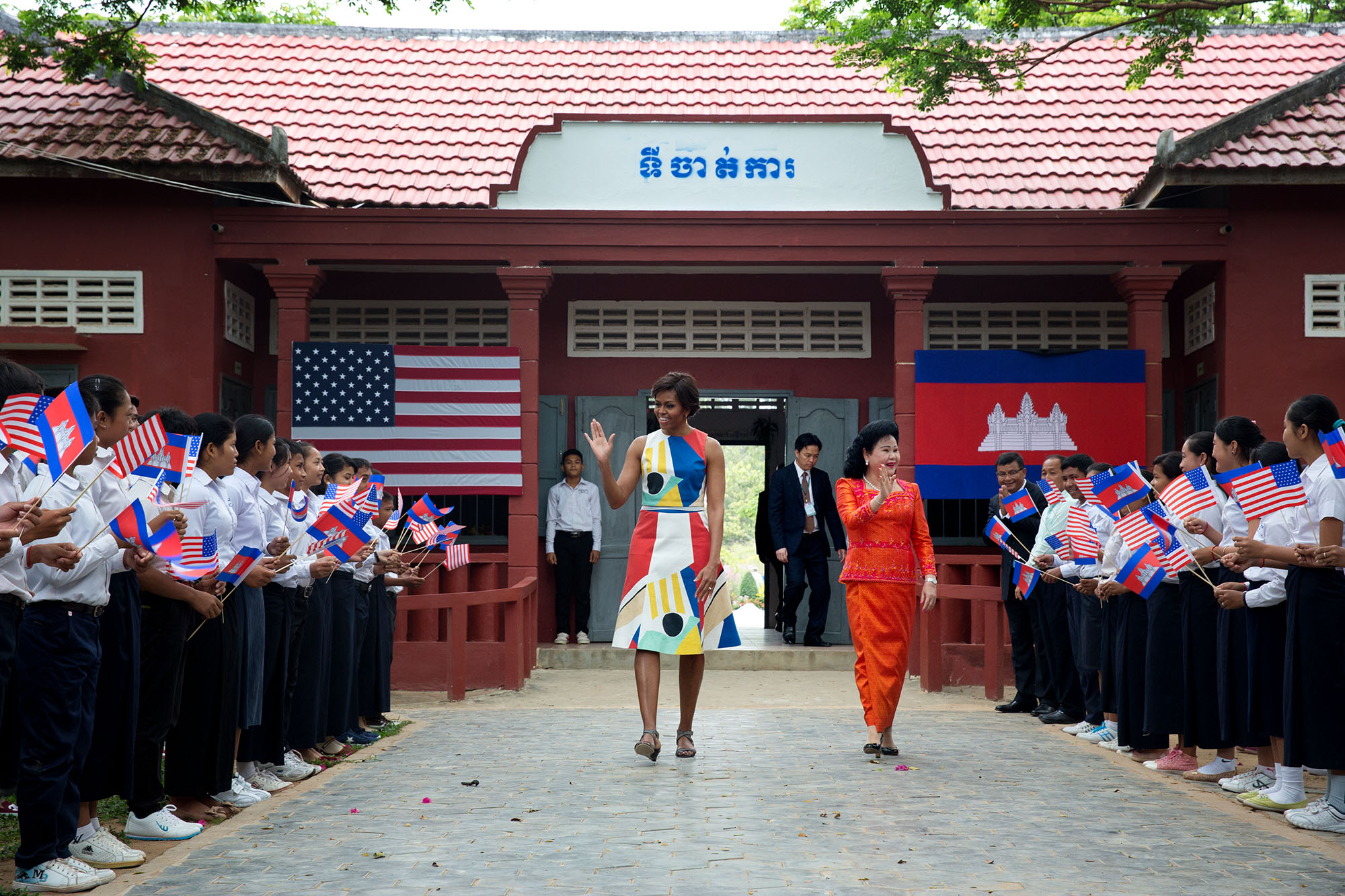 Students welcome First Lady Michelle Obama and First Lady Bun Rany as they arrive at Hun Sen Prasat Bakorng high school in Siem Reap, Cambodia. (Official White House Photo by Amanda Lucidon)