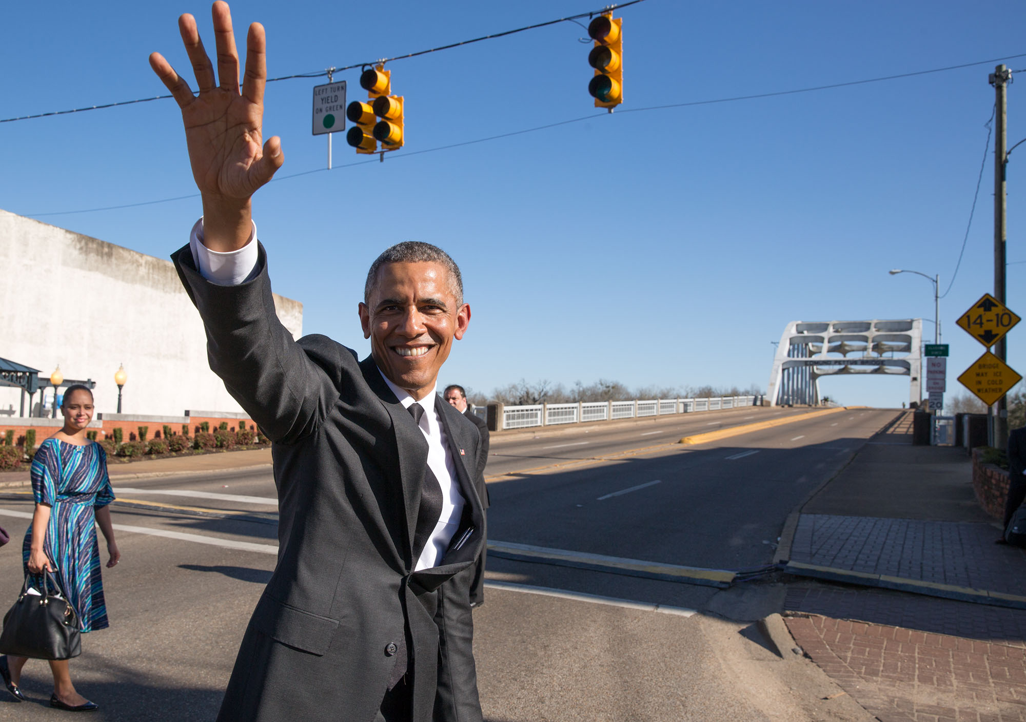The President waves to the crowd. (Official White House Photo by Pete Souza)