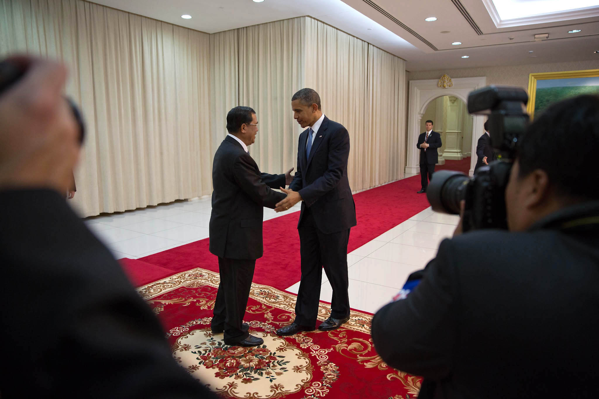President Barack Obama is welcomed by Cambodia's Prime Minister Hun Sen