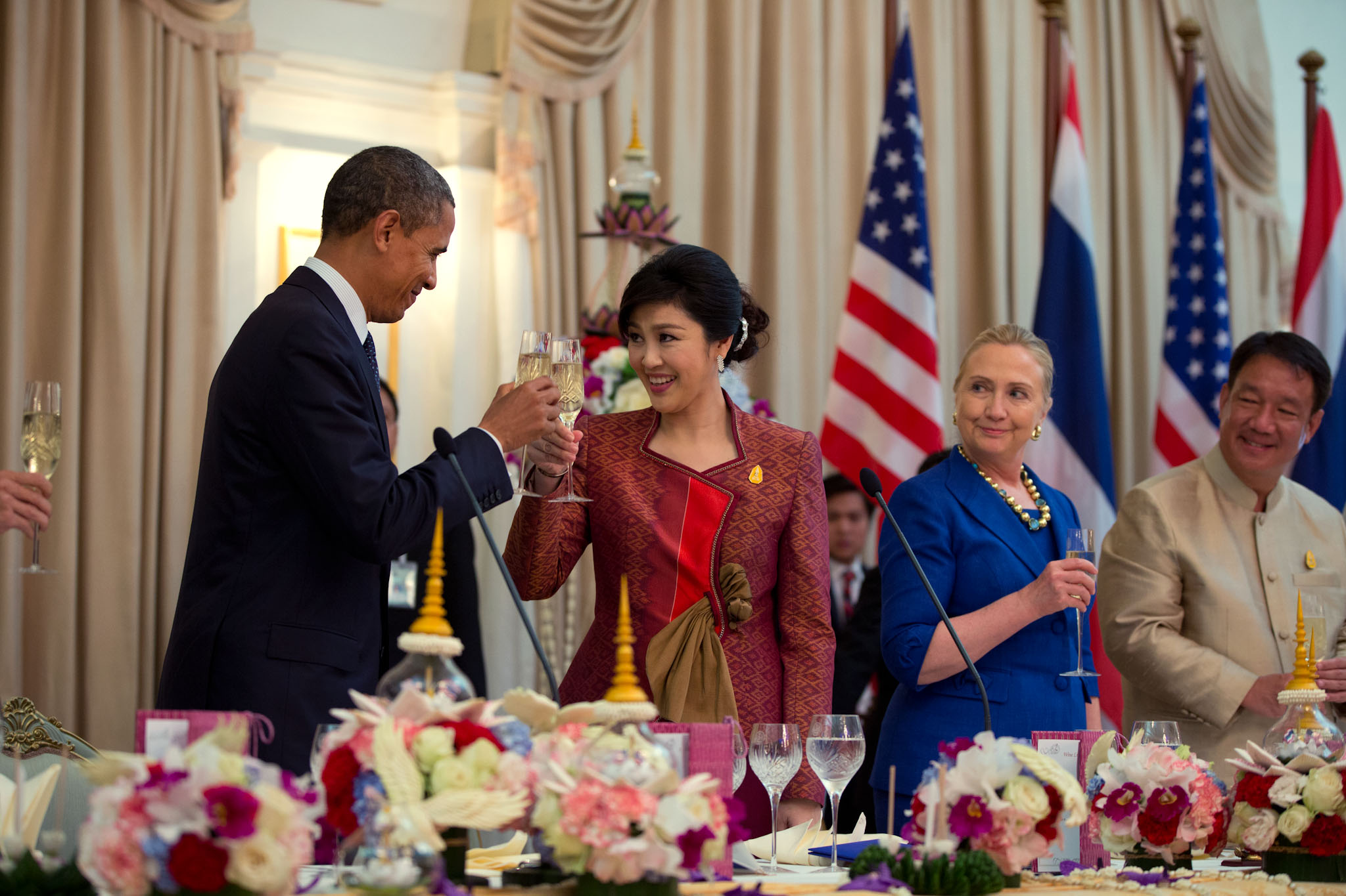Thai Prime Minister Yingluck Shinawatra offers a toast during an official dinner with President Obama (November 18, 2012)