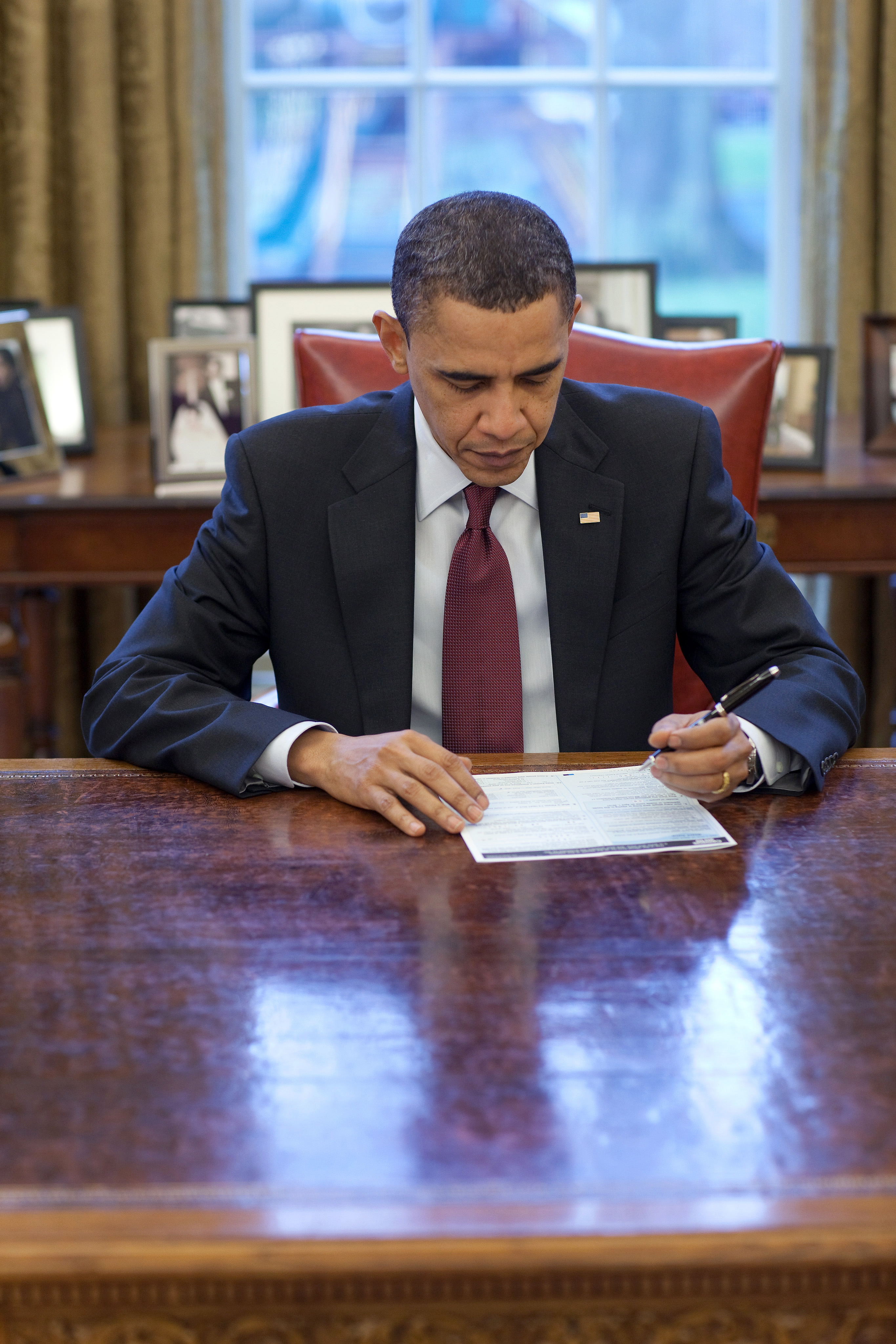President Obama Fills Out Census Form