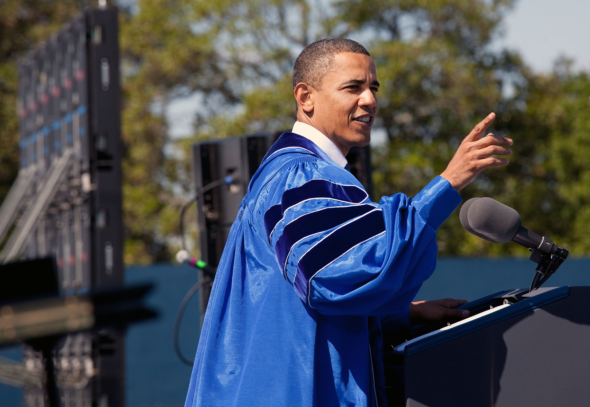 President Obama delivers commencement speech at Hampton