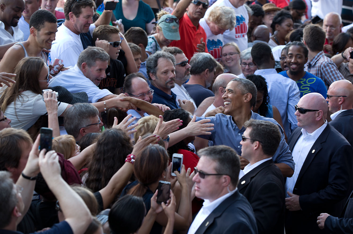 President Barack Obama shakes hands following remarks at the Milwaukee Laborfest, 2014 (2)