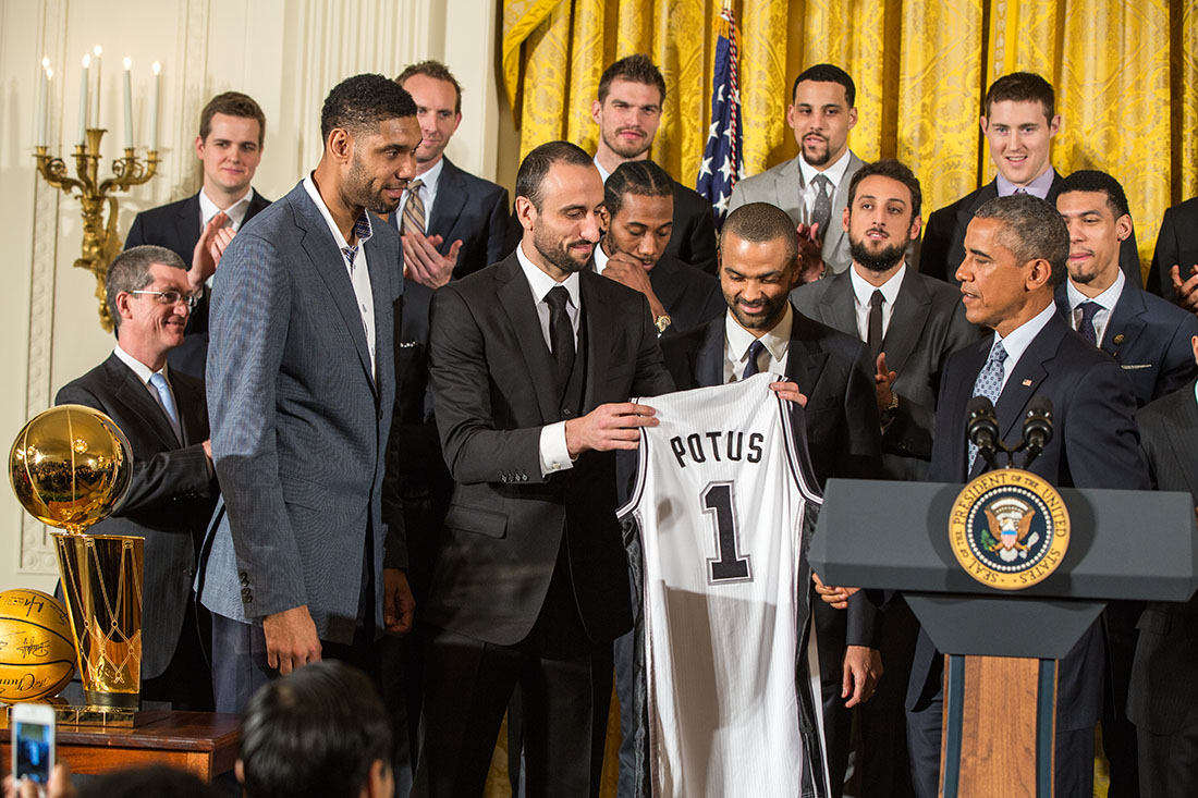 Tim Duncan, Manu Ginóbili and Tony Parker present President Obama with a Spurs team jersey (2015)