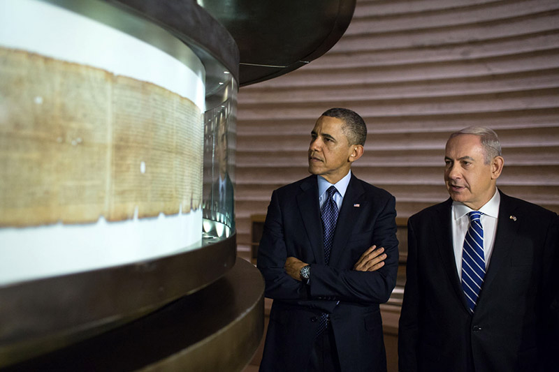 President Barack Obama, accompanied by Israeli Prime Minister Benjamin Netanyahu, views the Dead Sea Scrolls