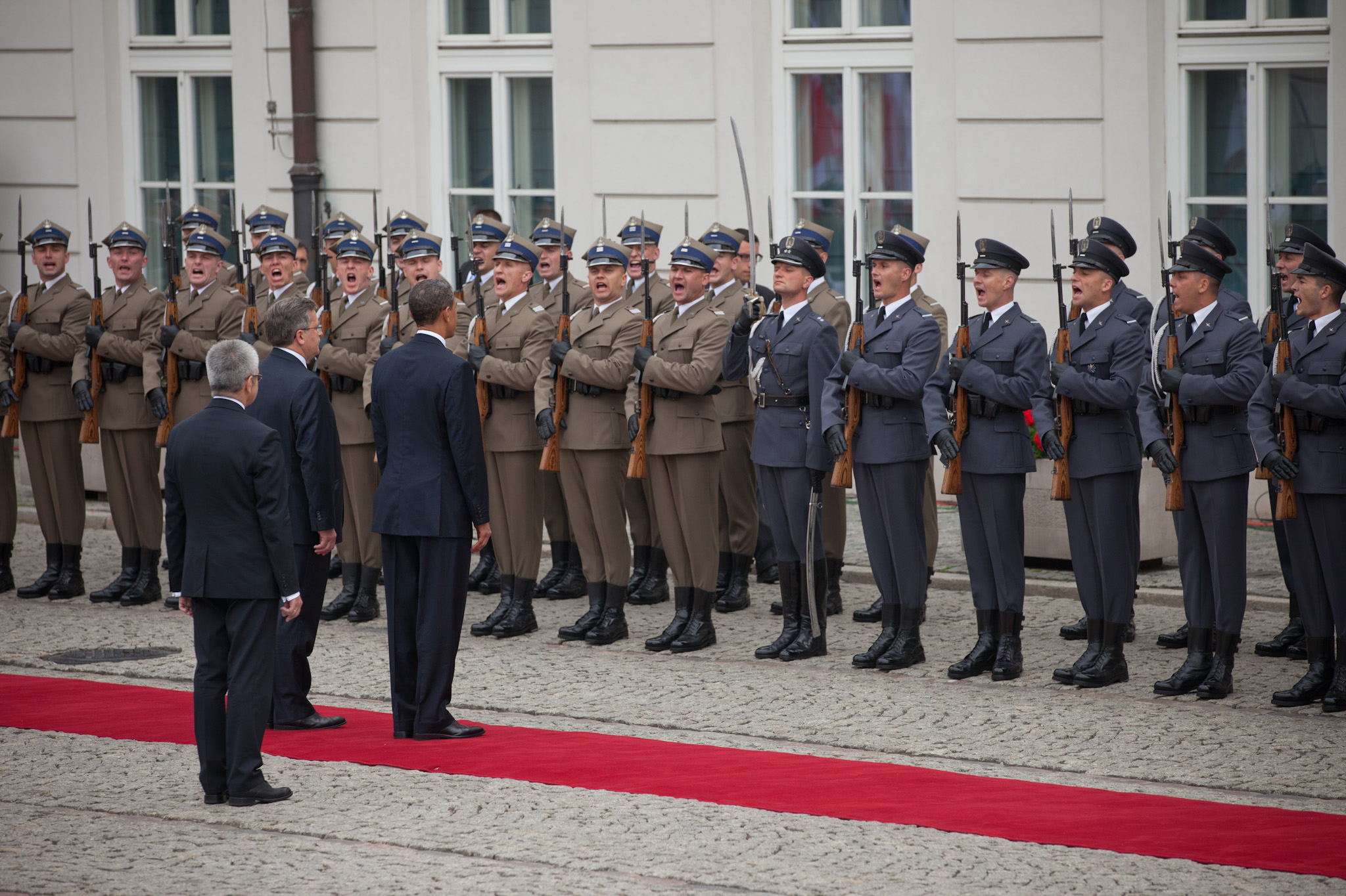 President Barack Obama and President Bronislaw Komorowski review troops