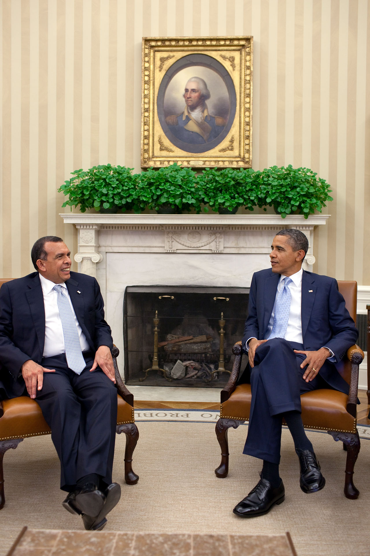President Barack Obama meets with President Porfiro Lobo of Honduras