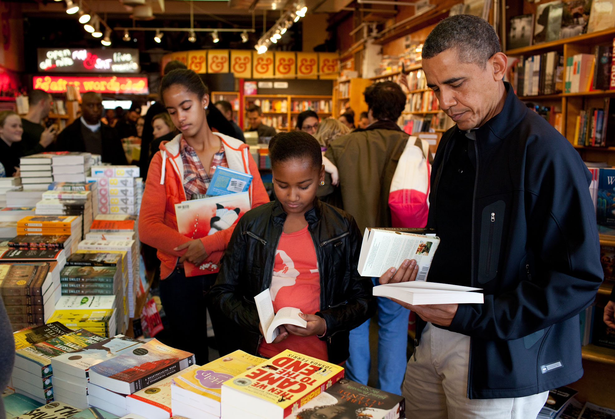 President Barack Obama And Daughters Sasha And Malia Shop