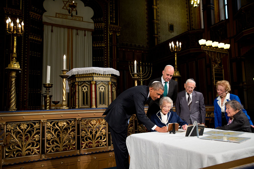 President Barack Obama and Swedish Prime Minister view possessions of Raoul Wallenberg at the Great Synagogue of Stockholm