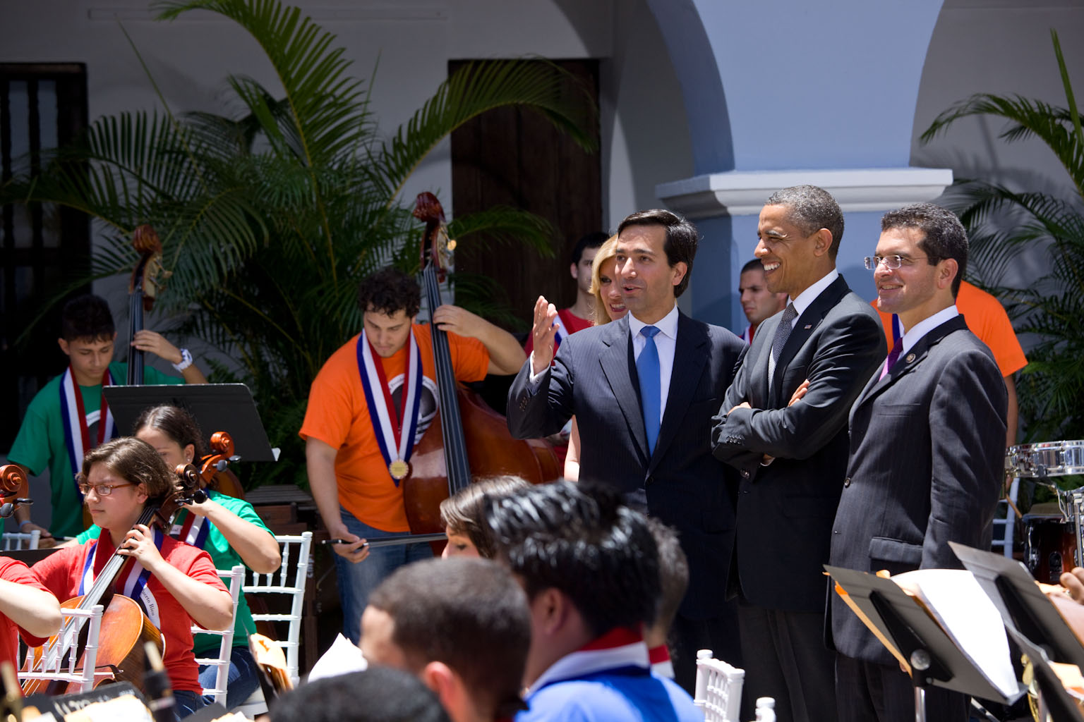 President Obama with Governor and Band [Spanish Caption]