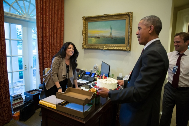 Outstanding President Obama Gives Ferial Govashiri A Birthday Cake The White Funny Birthday Cards Online Inifodamsfinfo