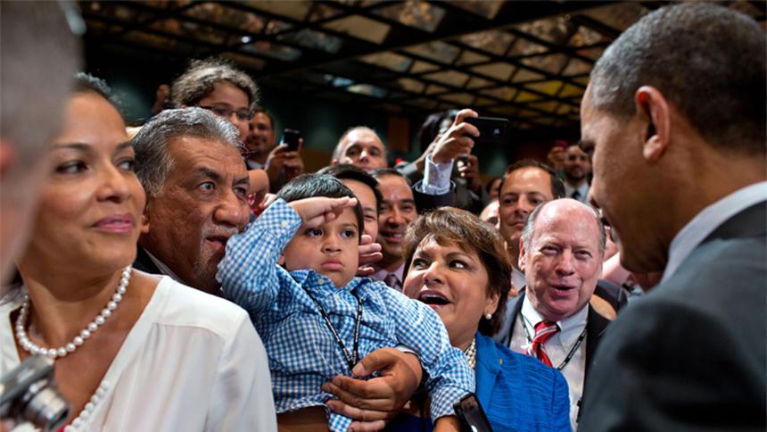 Un niño saluda al Presidente Obama después de una Conferencia de NALEO en Orlando, Florida