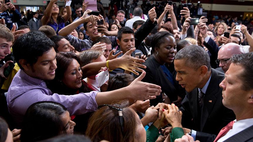 El Presidente saluda a miembros de la audiencia después de su discurso sobre inmigración en Del Sol High School, Las Vegas, Nevada