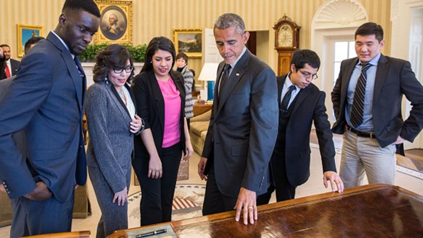 Después de reunirse con DREAMers, el Presidente les muestra el Escritorio del Despacho Oval