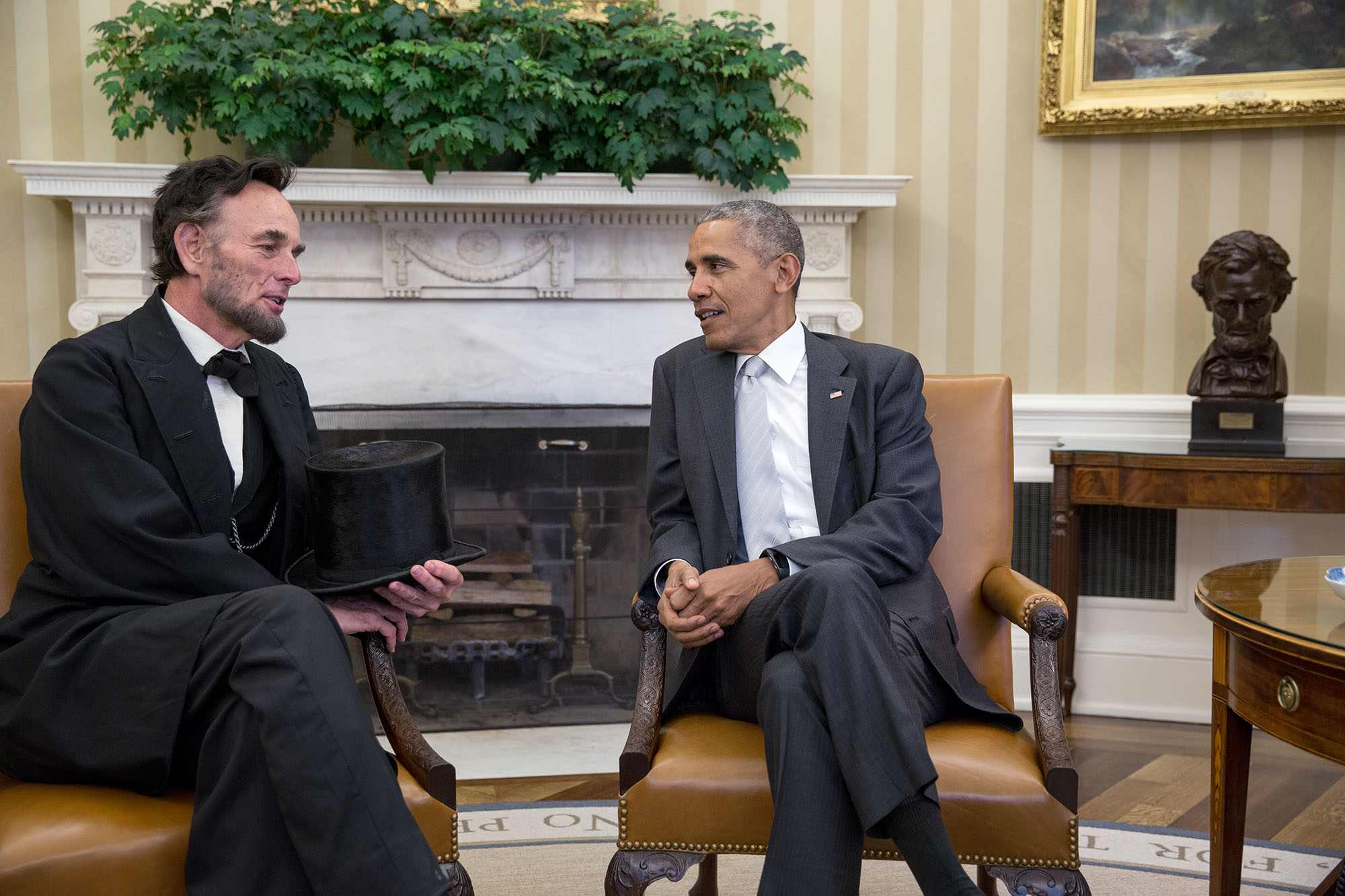 "President Barack Obama visits with Abraham Lincoln interpreter Richard ""Fritz"" Klein of Springfield, Illinois, in the Oval Office, Oct. 28, 2016."