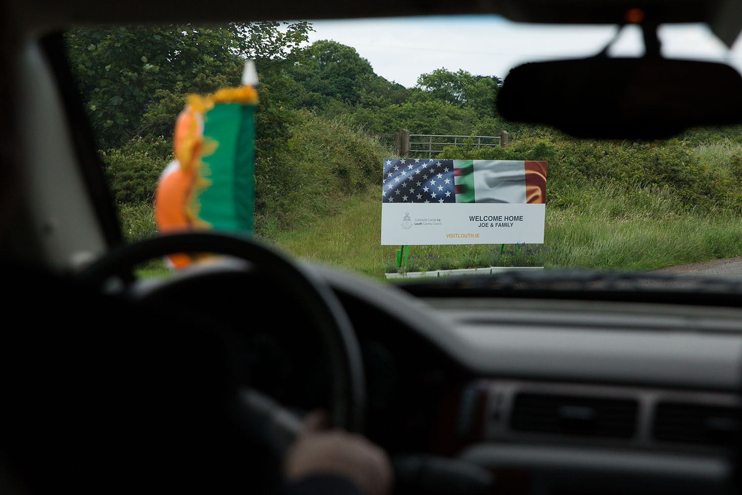A sign along the side of the road welcomes Vice President Joe Biden and his family to County Louth, Ireland, June 25, 2016. (Official White House Photo by David Lienemann)
