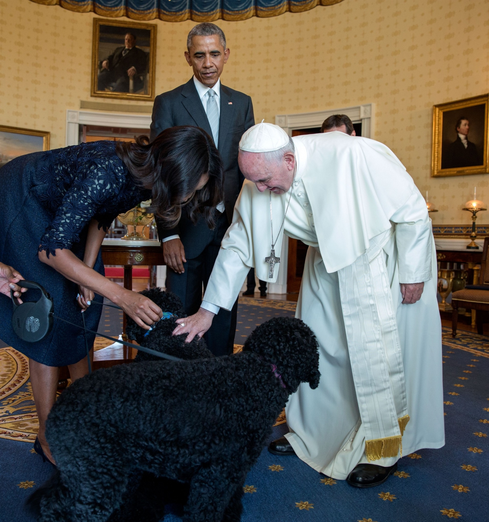 The First Lady introduces Pope Francis to their family pets Bo and Sunny following the ceremony. (Official White House Photo by Pete Souza)