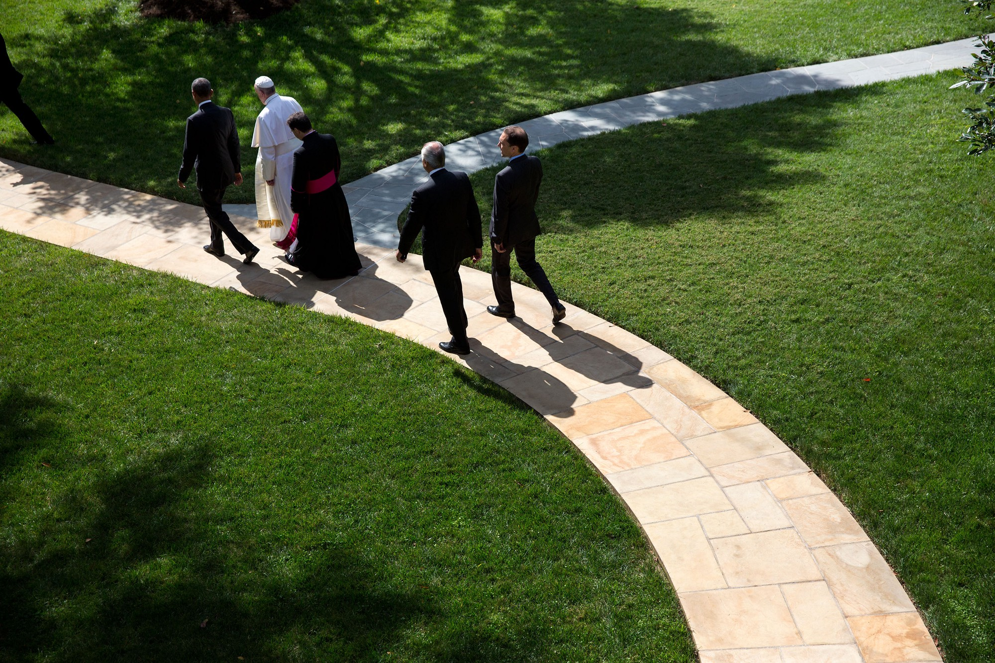 The President walks Pope Francis to his motorcade on the South Lawn. (Official White House Photo by Lawrence Jackson)