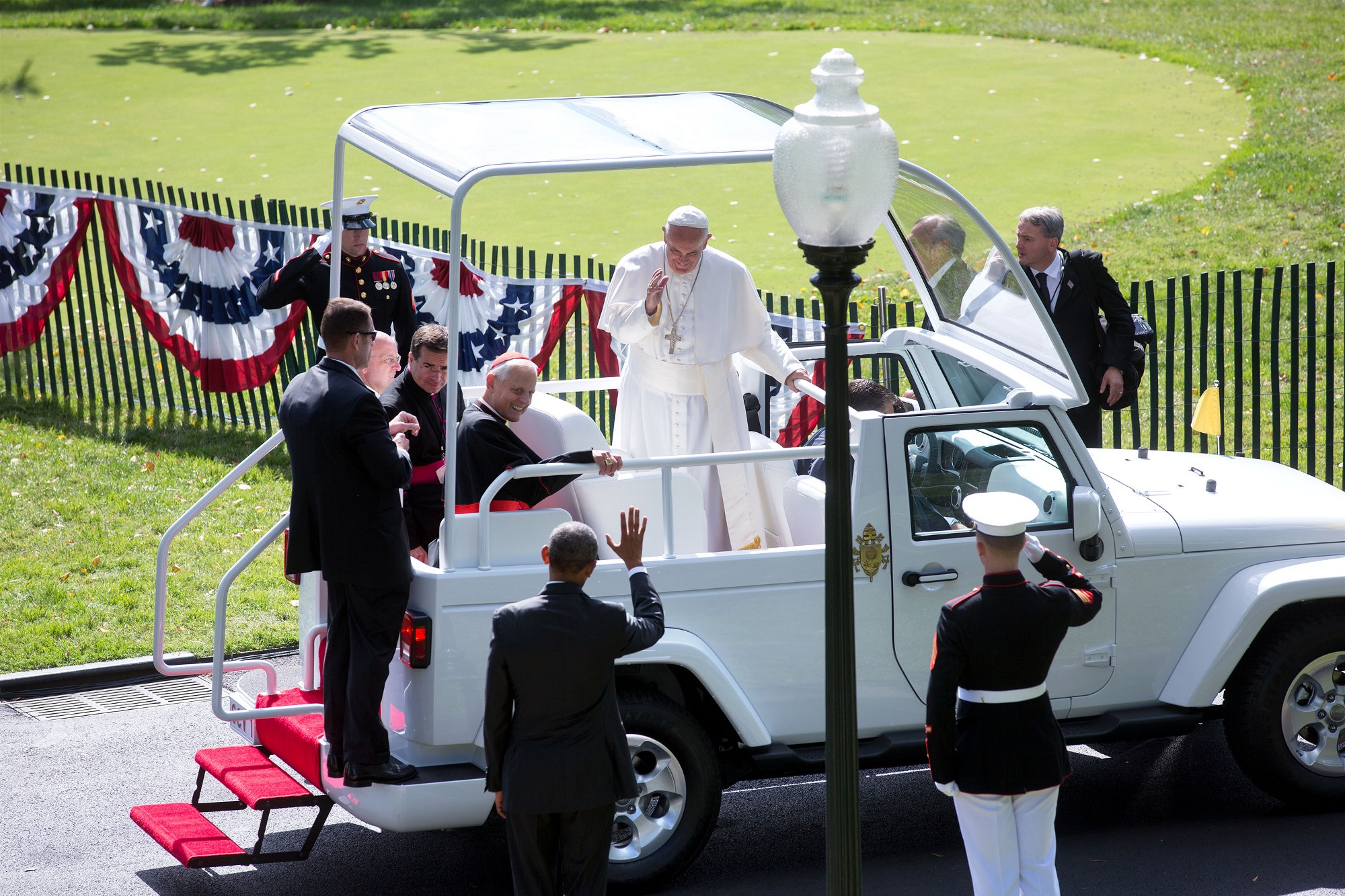 The President bids the Pope farewell. (Official White House Photo by Lawrence Jackson)